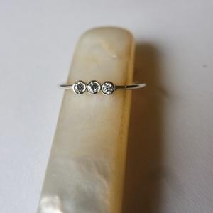 háromköves ezüst gyűrű, Gyűrű, Ékszer, Többköves gyűrű, Ékszerkészítés, Ötvös, 925-ös finomságú ezüstből készült gyűrű, a 0,9 mm vastagságú dróton 3 db 2mm-es cirkónia került befo..., Meska