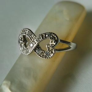 ezüst végtelen gyűrű  , Ékszer, Gyűrű, Fonódó gyűrű, Ékszerkészítés, Ötvös, 925-ös finomságú ezüstből készült a gyűrű 9db pici cirkóniával. \nródiumozott a felülete, amitől szeb..., Meska