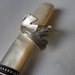 ezüst ginkgo gyűrű, Statement gyűrű, Gyűrű, Ékszer, Ékszerkészítés, Ötvös, 925-ös finomságú ezüstből készült a 2 ginkgo levelet ábrázoló gyűrű. \nmérete 55-ös., Meska