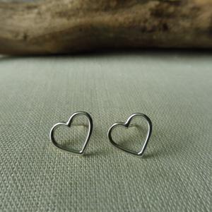 ezüst szív fülbevaló  , Ékszer, Fülbevaló, Pötty fülbevaló, Ékszerkészítés, Ötvös, 925-ös finomságú ezüstből készült, egyszerű, de mutatós drót szív füli. mérete 10x12mm , Meska