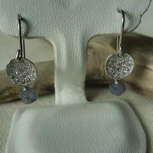 ezüst fülbevaló iolittal  , Ékszer, Fülbevaló, Lógós kerek fülbevaló, Ékszerkészítés, Ötvös, 925-ös finomságú ezüstből készült, a cirkóniával kirakott tárcsa alatt egy kék iolit lóg. teljes hos..., Meska