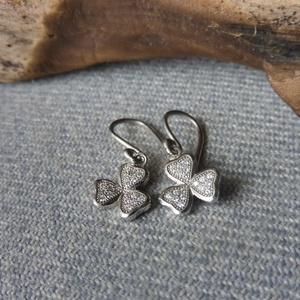 ezüst köves lóhere füli  , Lógós fülbevaló, Fülbevaló, Ékszer, Ékszerkészítés, Ötvös, 925-ös finomságú ezüstből készült 3 szirmú  fülbevaló 1mm-es cirkóniákkal. ródiumozott felületű, így..., Meska