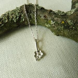 ezüst kisvirág medál, Ékszer, Medál, Esküvő, Esküvői ékszer, Ékszerkészítés, Ötvös, 925-ös finomságú ezüstből készült virág mellé kis golyót olvasztottam és 1mm-es cirkoniát foglaltam ..., Meska