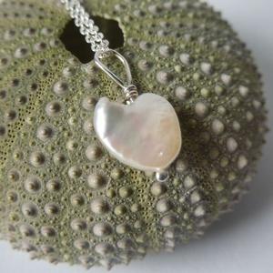 -30%  ezüst gyöngy szív medál , Ékszer, Medál, Esküvő, Esküvői ékszer, Ékszerkészítés, Ötvös, NAGYTAKARÍTÁS -30%\n5500ft helyett 3850ft\n\n925-ös finomságú ezüstből készült medál egy szív formájú g..., Meska