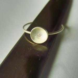 ezüst gyémántos gyűrű, Ékszer, Gyűrű, Ékszerkészítés, Ötvös, 925-ös finomságú ezüstből készült gyűrű, a drótsínre egy enyhén domborított 7mm-es tárcsát forraszto..., Meska