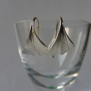 ezüst ginkgo fülbevaló, Ékszer, Fülbevaló, Lógós fülbevaló, Ékszerkészítés, Ötvös, 925-ös finomságú ezüstből készült a ginkgo levelet ábrázoló fülbevaló. \nHossza: 24 mm , Meska