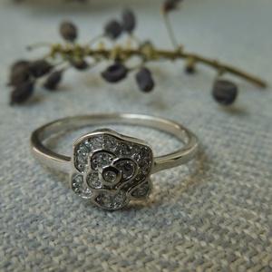 köves rózsa ezüst gyűrű, Ékszer, Gyűrű, Többköves gyűrű, Ékszerkészítés, Ötvös, 925-ös finomságú ezüstből készült a gyűrű pici cirkóniákkal. a rózsa átmérője 8mm. ródiumozott a fel..., Meska