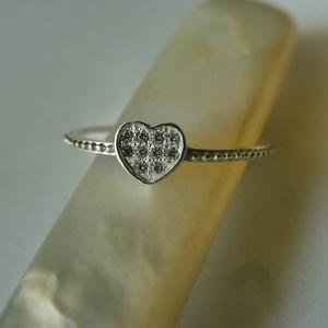 ezüst köves szív gyűrű, Ékszer, Gyűrű, Vékony gyűrű, Ékszerkészítés, Ötvös, 925-ös finomságú ezüstből készült ez a gyűrű. középre egy 5x5,5mm-es szív került amiben 10 db 1mm-es..., Meska