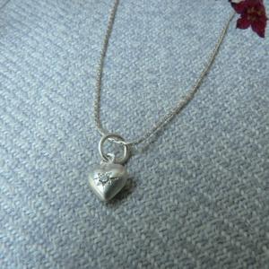 ezüst lánc szívvel, Ékszer, Nyaklánc, Esküvő, Esküvői ékszer, Ékszerkészítés, Ötvös, 925-ös finomságú ezüstből készült nyaklánc egy kis 5mm-es tömör pufi szívvel, amibe egy 1,5mm-es cir..., Meska