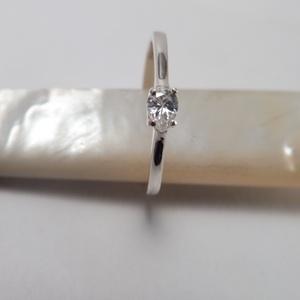 ezüst csepp köves gyűrű , Ékszer, Gyűrű, Szoliter gyűrű, Ékszerkészítés, Ötvös, 925-ös finomságú ezüstből készült gyűrű egy 3x4mm-es csepp formájú cirkóniával. \nmérete 53-as. ..., Meska
