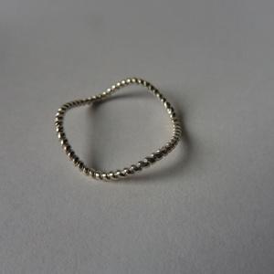 ezüst cikkcakk gyűrű, Ékszer, Gyűrű, Vékony gyűrű, Ékszerkészítés, Ötvös, 925-ös finomságú ezüstből készült sodort mintájú gyűrű.\nmérete 53-as , Meska