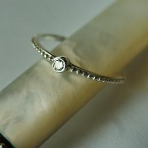 ezüst golyós egyköves gyűrű  , Ékszer, Gyűrű, Szoliter gyűrű, Ékszerkészítés, Ötvös, 925-ös finomságú ezüstből készült ez a finom gyűrű. középre egy 2mm-es cirkónia került.\nmérete: 52-e..., Meska