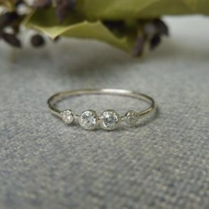 ezüst gyűrű kövekkel, Ékszer, Gyűrű, Többköves gyűrű, Ékszerkészítés, Ötvös, 925-ös finomságú ezüstből készült 0,9mm-es drótsínen 2db 2,3mm-es és 2 db 1,3mm-es cirkóniával.\nmére..., Meska
