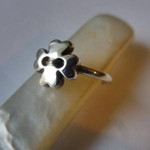 lóhere gomb gyűrű ezüstből   , Ékszer, Gyűrű, Figurális gyűrű, Ékszerkészítés, Ötvös, 925-ös finomságú ezüstből készült, gombszerű, négylevelű lóherés gyűrű, antikolt kivitel.\n49-es mére..., Meska