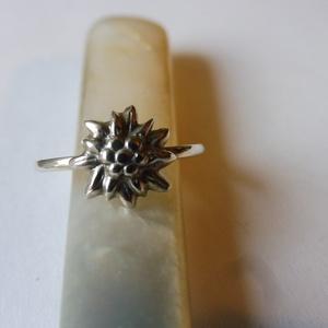 -30%  ezüst havasi gyopár gyűrű   , Szoliter gyűrű, Gyűrű, Ékszer, Ékszerkészítés, Ötvös, NAGYTAKARÍTÁS   -30%\n6500ft helyett 4550ft\n\n925-ös ezüst gyűrű, 1,5mm széles sínre egy 1cm-es havasi..., Meska