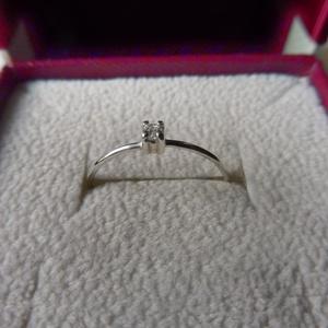 vékony egyköves gyűrű   , Vékony gyűrű, Gyűrű, Ékszer, Ékszerkészítés, Ötvös, 925-ös finomságú ezüstből készült gyűrű, a 0,9 mm vastagságú drótra egy 2mm-es cirkónia került. \nmér..., Meska