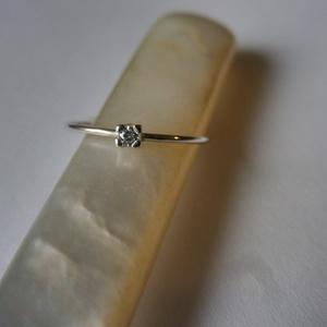 kis köves gyűrű  , Vékony gyűrű, Gyűrű, Ékszer, Ékszerkészítés, Ötvös, 925-ös finomságú ezüstből készült gyűrű, a 0,9 mm vastagságú drótra egy 1,8mm-es cirkónia került.\nmé..., Meska