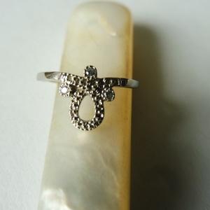 ezüst hurkos gyűrű   , Gyűrű, Ékszer, Többköves gyűrű, Ékszerkészítés, Ötvös, 925-ös finomságú ezüstből készült gyűrű 3db 1,25mm-es cirkóniával. legszélesebb részénél 9mm-es.\nmér..., Meska