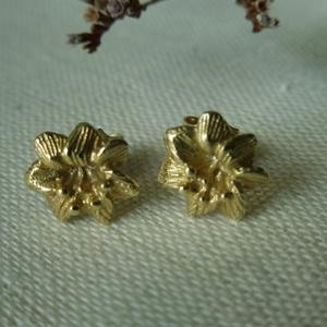 aranyozott ezüst virág fülbevaló  , Pötty fülbevaló, Fülbevaló, Ékszer, Ékszerkészítés, Ötvös, 925-ös finomságú ezüstből készült sárga aranyozott, 1cm-es virágok.\n, Meska
