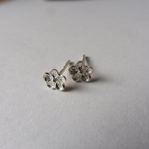 pici virágos fülbevaló, Pötty fülbevaló, Fülbevaló, Ékszer, Ékszerkészítés, Ötvös, 925-ös finomságú ezüstből készült fülbevaló 5mm-es virágocskával., Meska