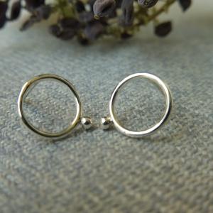 ezüst kerek fülbevaló, Ékszer, Fülbevaló, Ékszerkészítés, Ötvös, 925-ös finomságú ezüstből készült fülbevaló, a 9mm átmérőjű karika mellé egy kis golyót forrasztotta..., Meska