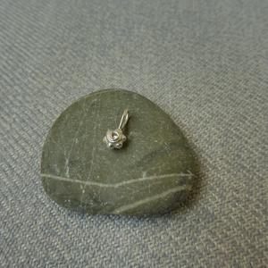ezüst köves-virágos medál, Ékszer, Nyaklánc, Medál, Ékszerkészítés, Ötvös, 925-ös finomságú ezüstből készült 5mm-es átmérőjű virág formába 1,7mm-es cirkóniát foglaltam. fülbev..., Meska