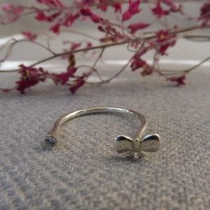 ezüst masnis nyitott gyűrű   , Ékszer, Gyűrű, Szoliter gyűrű, Ékszerkészítés, Ötvös, 925-ös finomságú ezüstből készült, egy 2mm-es swarovski cirkóniával és egy 8mm-es masnival.\nmérete 5..., Meska