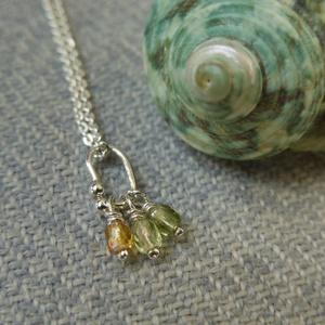 üveggyöngyös ezüst lánc, Ékszer, Nyaklánc, Ékszerkészítés, Ötvös, 925-ös finomságú ezüstből készült 40cm-es lánc medállal amin világos sárga, sárga és zöld üveggyöngy..., Meska