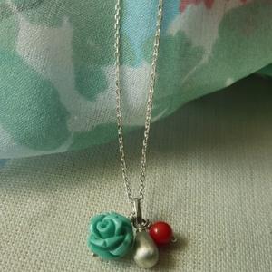 rózsás korallos ezüst medál   , Ékszer, Ékszerkészítés, Ötvös, 925-ös finomságú ezüstből készült medál egy tömör,matt ezüst cseppel, egy korall gyönggyel és türkiz..., Meska