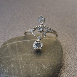 antik stílusú ezüst gyűrű , Ékszer, Gyűrű, Esküvő, Esküvői ékszer, Ékszerkészítés, Ötvös, 925-ös finomságú ezüstből készült antik stílusú, szecessziós gyűrű cirkónia kövekkel. legszélesebb p..., Meska