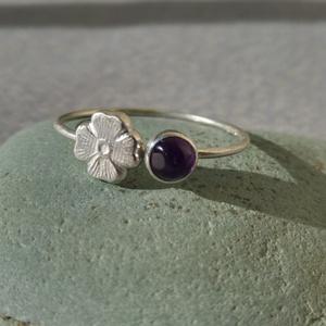 ametiszt-virágos ezüst gyűrű   , Szoliter gyűrű, Gyűrű, Ékszer, Ékszerkészítés, Ötvös, 925-ös finomságú ezüstből készült 0,9mm-es drót gyűrűn egy 4mm-es ametiszt van és mellette egy 6mm-e..., Meska