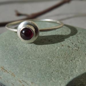 ezüst gránátos gyűrű   , Ékszer, Gyűrű, Vékony gyűrű, Ékszerkészítés, Ötvös, 925-ös finomságú ezüstből készült gyűrű, közepén egy 3,7mm-es féldomború gránáttal. a sín 0,9mm-es d..., Meska
