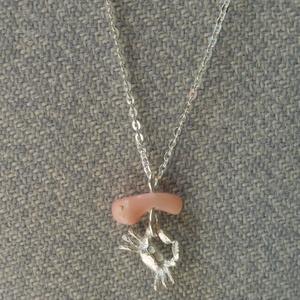 ezüst korallos lánc rákocskával, Medálos nyaklánc, Nyaklánc, Ékszer, Ékszerkészítés, Ötvös, 925-ös finomságú ezüstből készült ez a medál egy  rózsaszín, természetes korallal és egy kis rákkal...., Meska