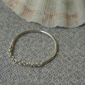 ezüst láncos gyűrű  , Ékszer, Gyűrű, Vékony gyűrű, Ékszerkészítés, Ötvös, 925-ös finomságú ezüstből készült gyűrű, a 0,9mm-es drót gyűrűbe egy szakasz láncot forrasztottam.\nm..., Meska