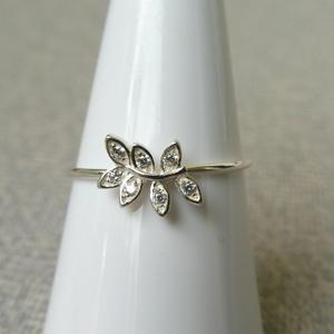 ezüst köves levél gyűrű, Ékszer, Gyűrű, Többköves gyűrű, Ékszerkészítés, Ötvös, 925-ös finomságú ezüstből készült gyűrű, a 0,9 mm vastagságú dróton ülő levélkékbe 1,25mm-es cirkóni..., Meska