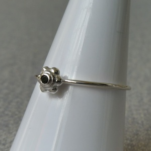 ezüst fekete köves gyűrű, Ékszer, Gyűrű, Vékony gyűrű, Ékszerkészítés, Ötvös, 925-ös finomságú ezüstből készült gyűrű, a 0,9 mm vastagságú dróton egy kis virág formában egy 1,5mm..., Meska