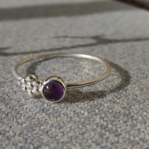 ezüst gyűrű ametiszttel, Ékszer, Gyűrű, Vékony gyűrű, Ékszerkészítés, Ötvös, 925-ös finomságú ezüstből készült 0,9mm-es drót gyűrűre egy 4mm-es ametiszt került egy golyós minta ..., Meska