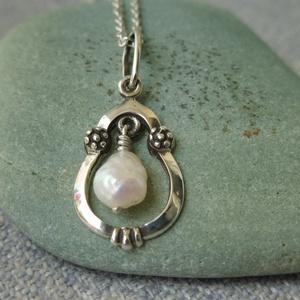 ezüst gyöngyös medál, Ékszer, Nyaklánc, Medál, Ékszerkészítés, Ötvös, 925-ös finomságú ezüstből készült medál közepén egy édesvízi gyöngy mozog. a végén antikoltam.\ntelje..., Meska