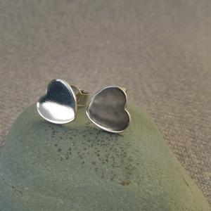 ezüst lapos szív füli, Ékszer, Fülbevaló, Pötty fülbevaló, Ékszerkészítés, Ötvös, 925-ös finomságú ezüstből készült 1cm-es, lapos, tömör szív fülbevaló.\n\n , Meska