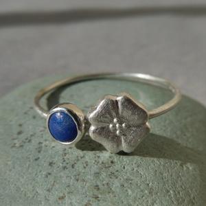 ezüst gyűrű lápisz lazulival, Ékszer, Gyűrű, Vékony gyűrű, Ékszerkészítés, Ötvös, 925-ös finomságú ezüstből készült 0,9mm-es drót gyűrűre egy 4,5mm-es lápisz lazulit foglaltam egy 7m..., Meska