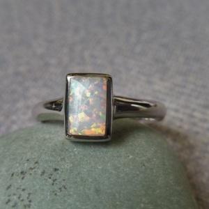 ezüst opálos gyűrű, Gyűrű, Ékszer, Ékszerkészítés, Ötvös, 925-ös finomságú ezüstből készült ez a gyűrű. középen egy 9x6,5mm-es szintetikus opál van.\nmérete: 5..., Meska