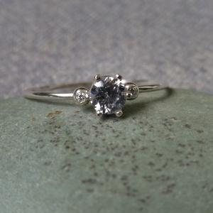 3 köves szoliter gyűrű, Ékszer, Gyűrű, Szoliter gyűrű, Ékszerkészítés, Ötvös, 925-ös finomságú ezüstből készült 0,9 mm vastag drótgyűrűre olvasztott golyókat forrasztottam, bele ..., Meska