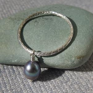 mintás ezüst gyűrű gyönggyel, Ékszer, Gyűrű, Gyöngyös gyűrű, Ékszerkészítés, Ötvös, 925-ös finomságú ezüstből készült vésett mintázatú gyűrű, rajta egy mozgó, szürke színű, 6x7 mm-es g..., Meska