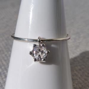 ezüst gyűrű mozgó kővel, Ékszer, Gyűrű, Szoliter gyűrű, Ékszerkészítés, Ötvös, 925-ös finomságú ezüstből készült 0,9 mm-es drótgyűrűre egy mozgó 4mm-es cirkónia került.\nmérete 54-..., Meska