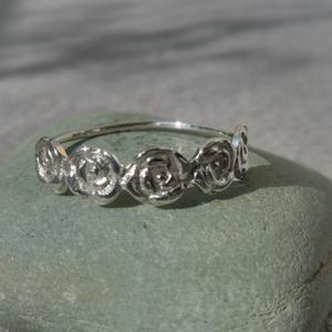 ezüst kis rózsás gyűrű - Meska.hu