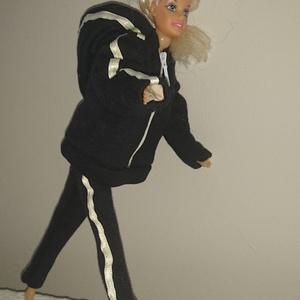 """Barbie babaruha \""""Szandra\"""", Gyerek & játék, Baba-mama kellék, Játék, Baba játék, Varrás, Barbie babaruha, fekete, kapucnis, cipzáras, bélelt szabadidő ruha. Pihenéshez ideális viselet. :-) ..., Meska"""