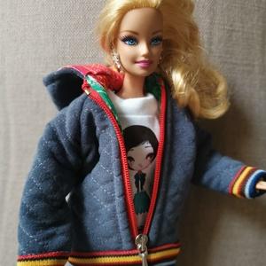 Barbie babaruha kapucnis kabát, Gyerek & játék, Baba-mama kellék, Játék, Baba, babaház, Varrás, Barbie babára készített, egyedi, kapucnis, steppelt kabát. A steppelést az anyagra magam készítettem..., Meska