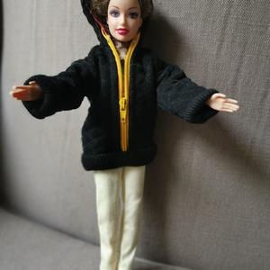 Barbie babaruha kapucnis steppelt kabát, Gyerek & játék, Baba-mama kellék, Játék, Baba, babaház, Baba játék, Varrás, Barbie babára készített, egyedi, kapucnis, steppelt kabát. A steppelést az anyagra magam készítettem..., Meska
