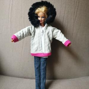 Barbia babaruha kézzel varrott kapucnis kabát, Gyerek & játék, Baba-mama kellék, Játék, Baba játék, Baba, babaház, Varrás, Barbie babára készített, egyedi, kapucnis, steppelt kabát. A steppelést az anyagra magam készítettem..., Meska