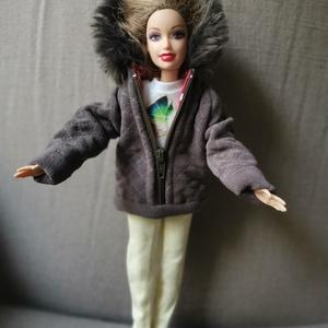 Barbie babaruha steppelt kabátka, Gyerek & játék, Játék, Baba játék, Baba, babaház, Baba-mama kellék, Varrás, Barbie babára készített, egyedi, kapucnis, steppelt kabát. A steppelést az anyagra magam készítettem..., Meska